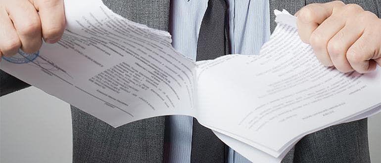 Рвет документ